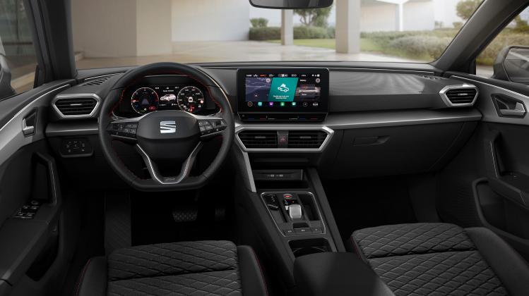 EL SEAT León ofrece una evolución en su diseño, donde cabe destacar su tecnología de iluminación tanto exterior como en el interior, donde la iluminación ambiental envolvente ofrece un innovador diseño y funciones de seguridad para los pasajeros